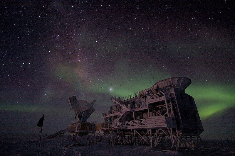 800px-South_Pole_Telescope_at_night