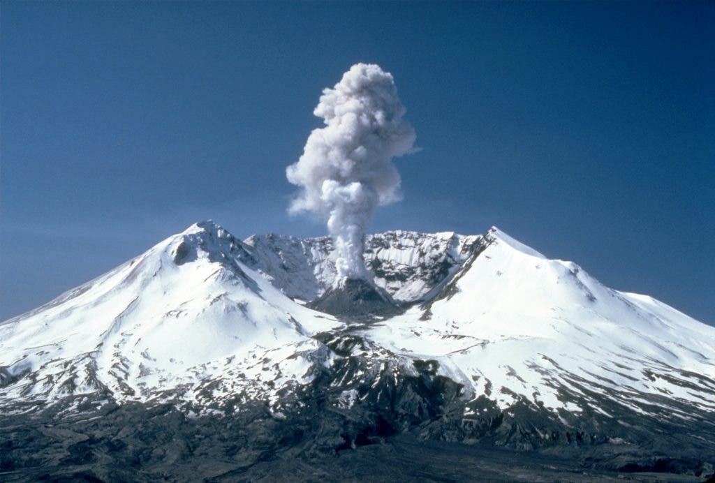MSH82_st_helens_plume_from_harrys_ridge_05-19-82-1024x692
